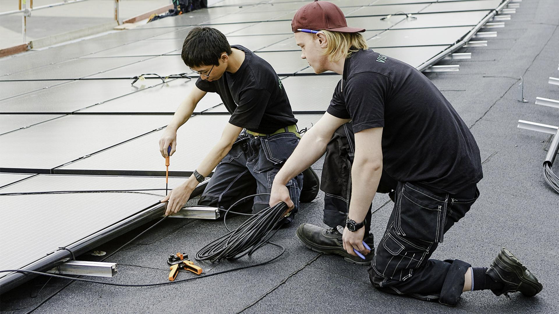 Elever installerar solpaneler