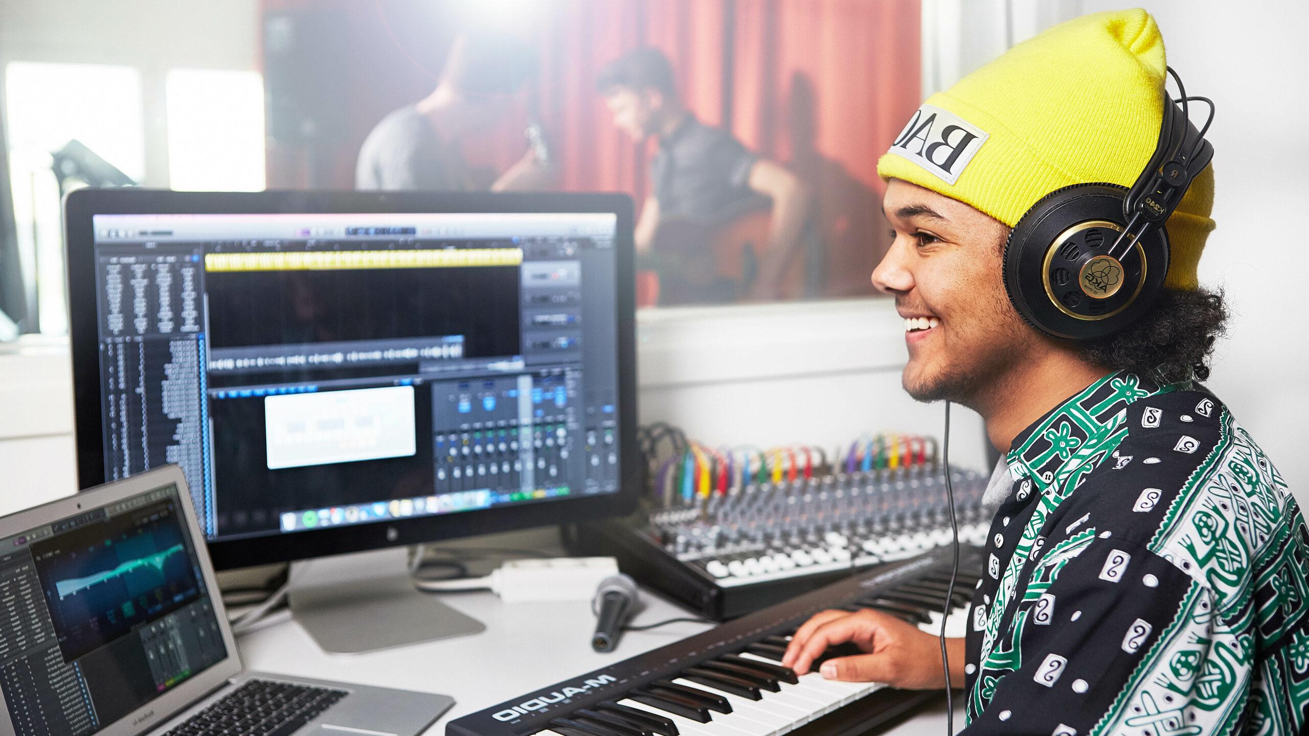 En kille i en musikstudio.
