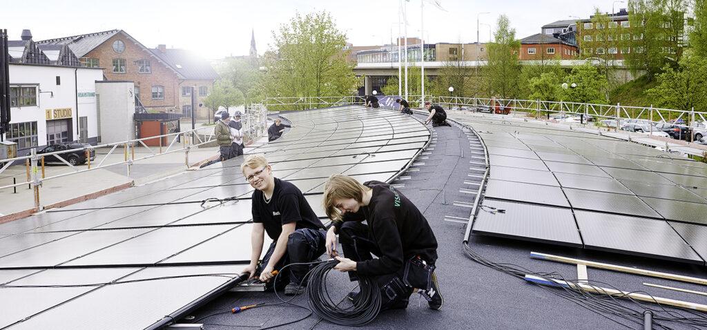 Elever installerar solpanel