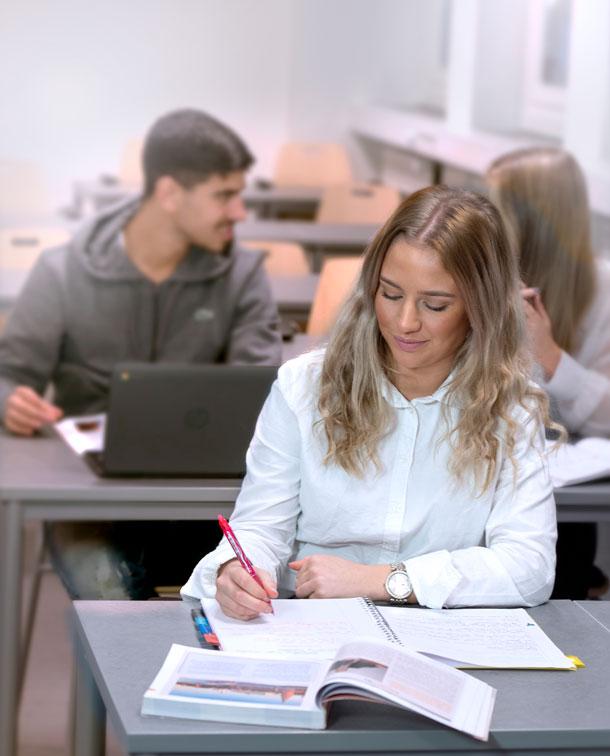 Elev som studerar i klassrummet.