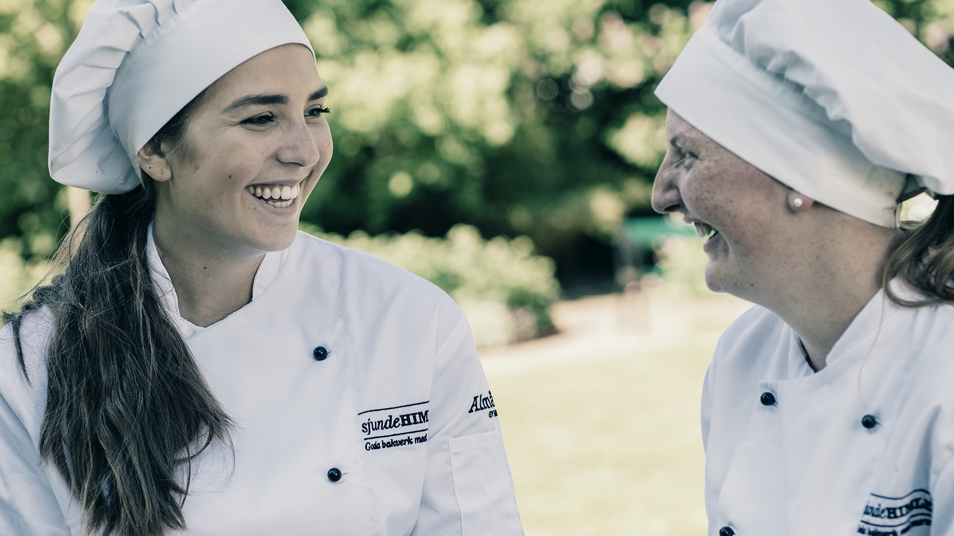 Två unga bagare skrattar tillsammans.