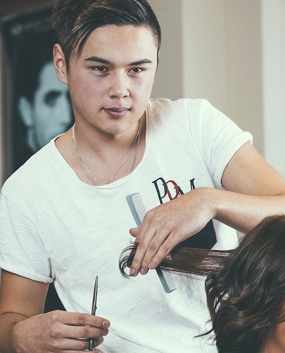 Ung frisör klipper kund.
