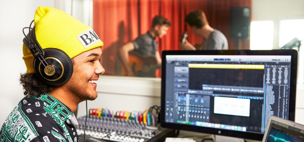 En kille i en studio.