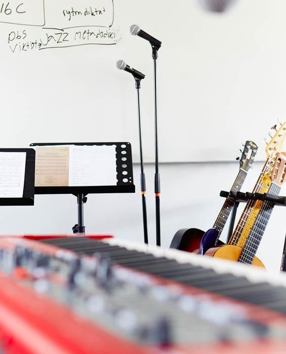 Gittarrer, piano och mikrofoner på stativ.