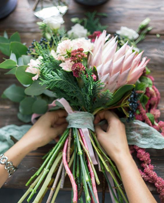 Ung florist binder bukett.