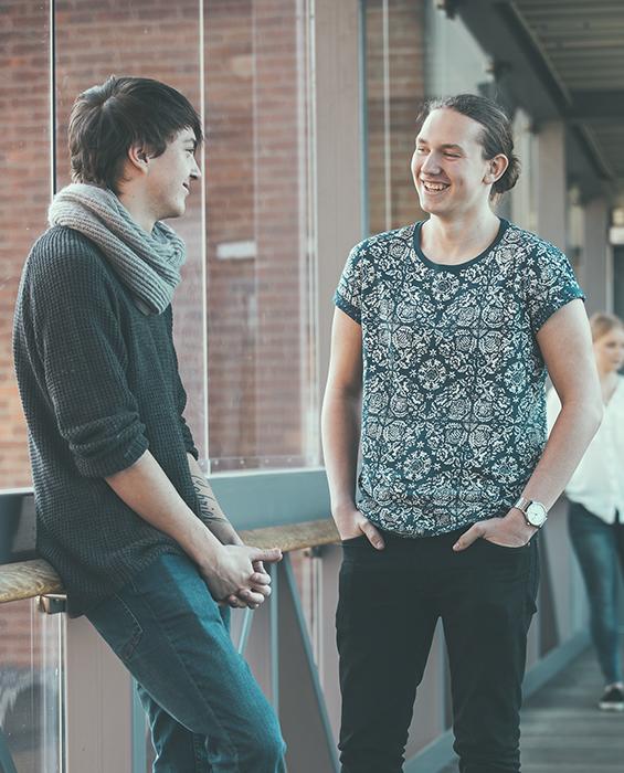 Två killar pratar med varandra