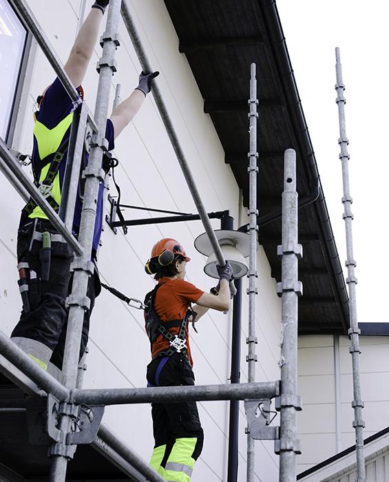 Elever som bygger byggställning