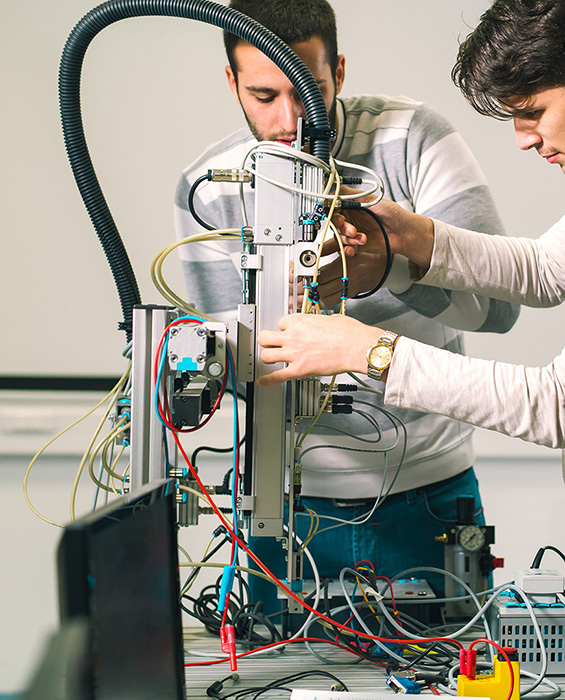 Elever som bygger robotarm