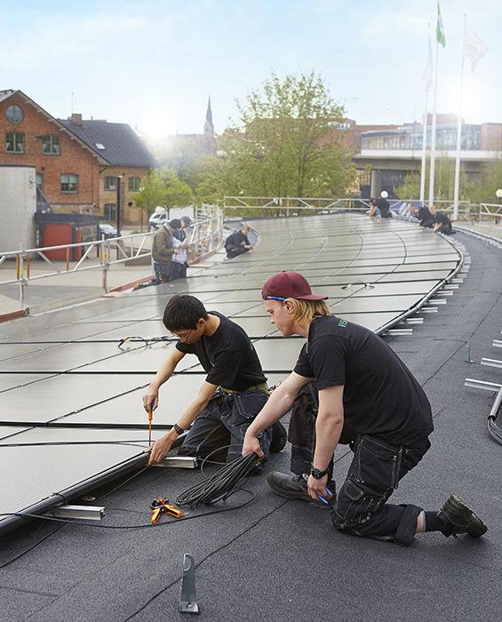 Elever som installerar solpanel
