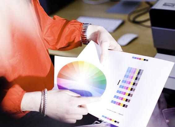 Elev som håller i färgskalor