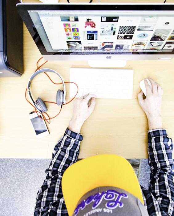 Elev sitter framför dator