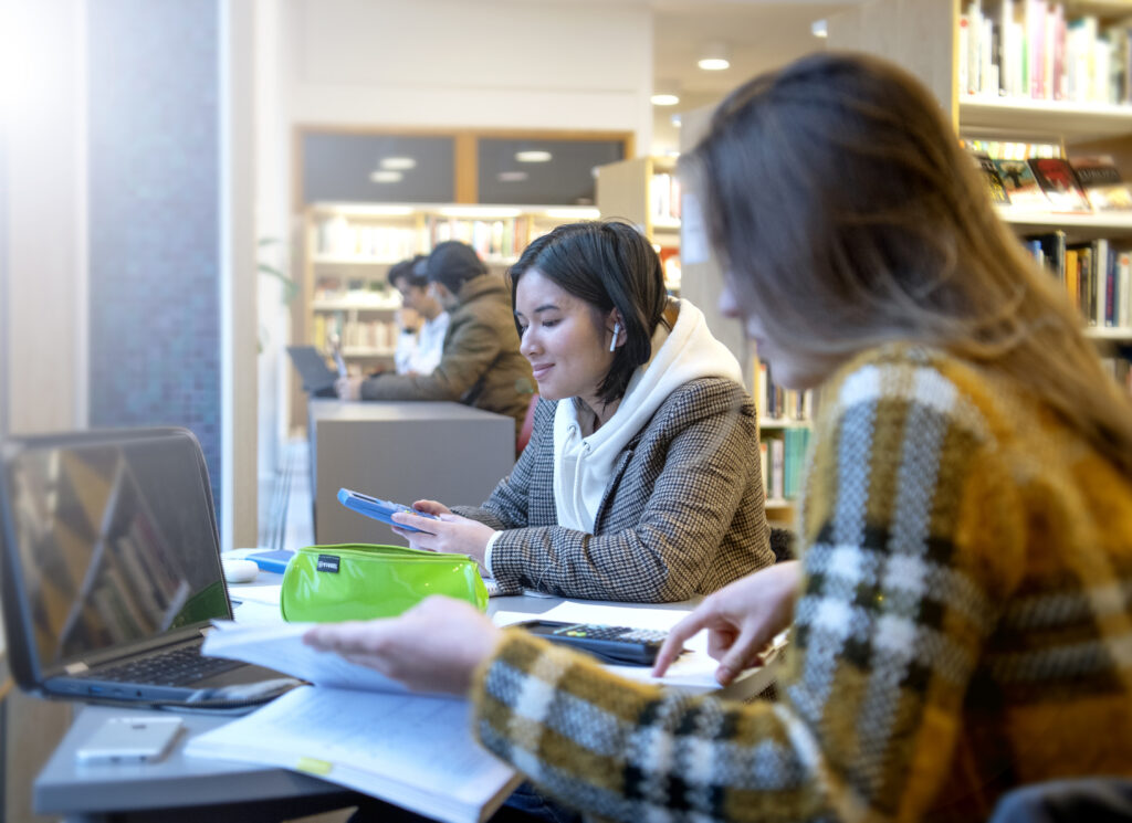 Elever som pluggar i biblioteket.